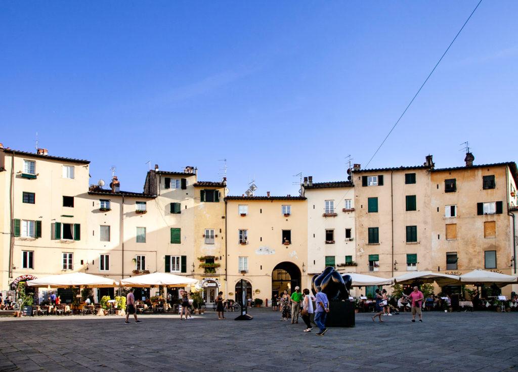 Edifici ovali su piazza dell'Anfiteatro di Lucca