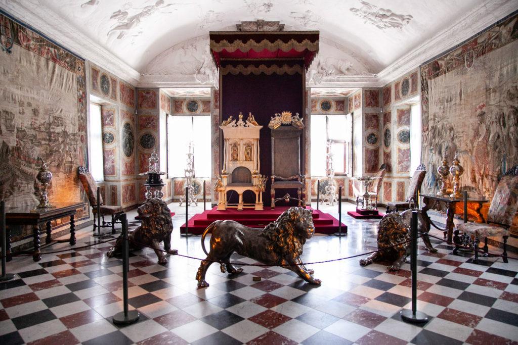 Leoni in Argento davanti ai Troni nella Grande Galleria