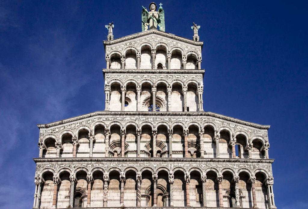 Loggette sovrapposte su quattro file e statua arcangelo Michele - San Michele in Foro - Lucca