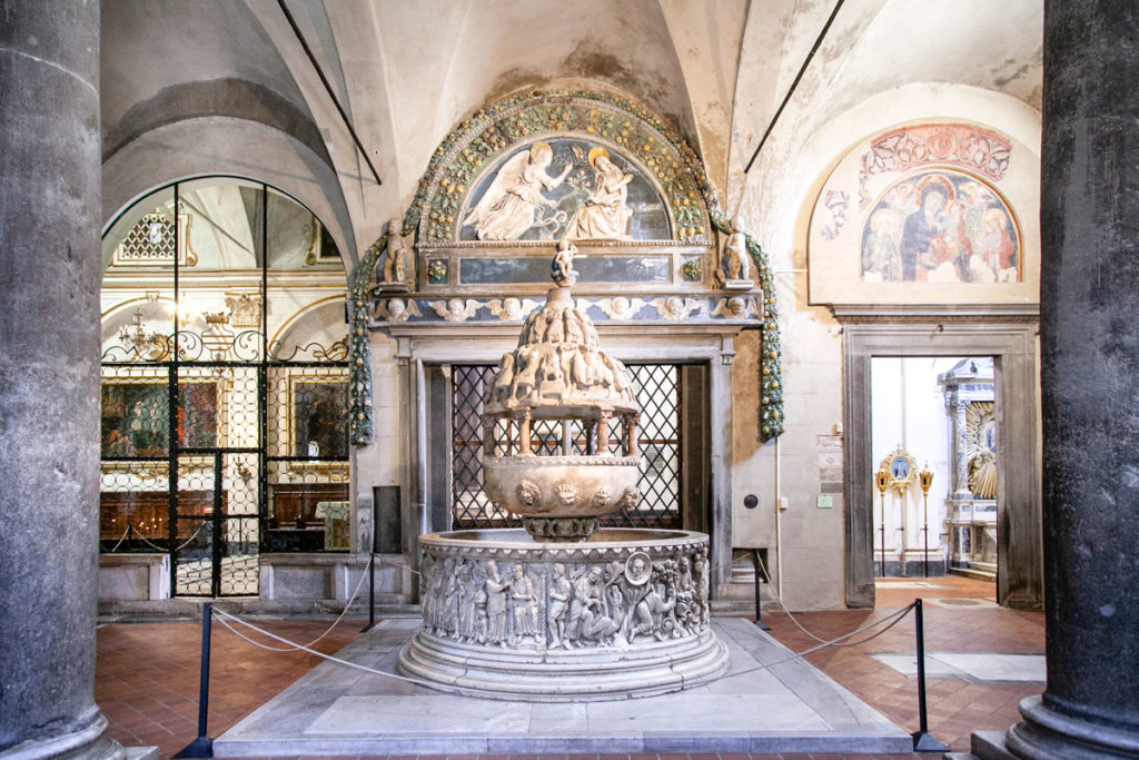 Massiccia fonte battesimale del XII secolo