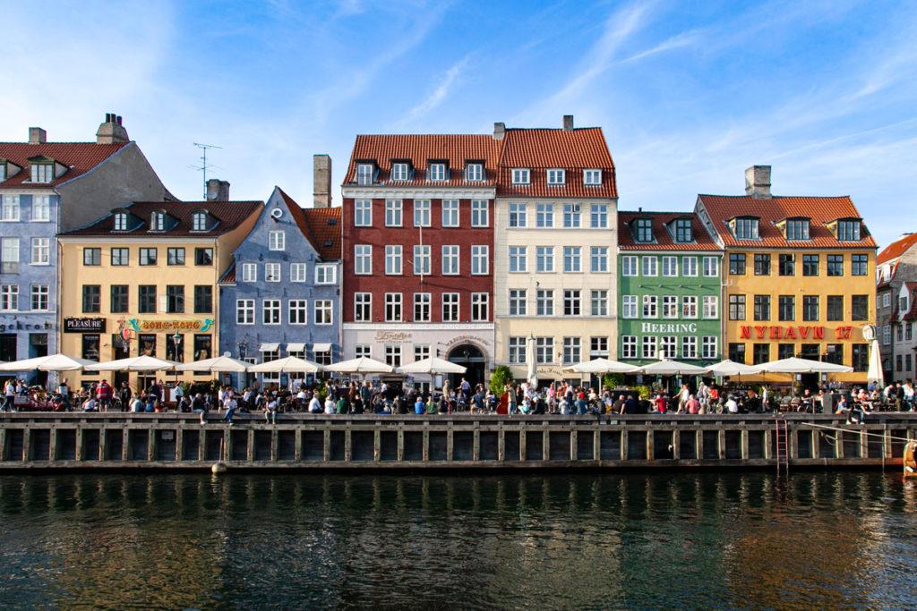 Palazzi e riflessi sul canale Nyhavn di Copenaghen