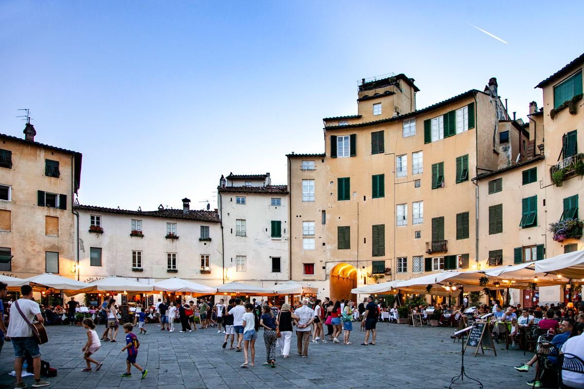 Piazza Costruita su Vecchio Anfiteatro a Lucca