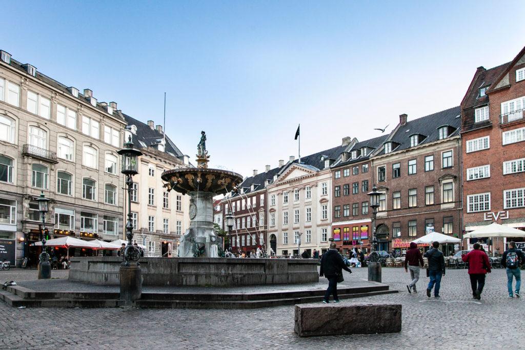 Piazza Gammeltorv e la fontana Pozzo della Caritas