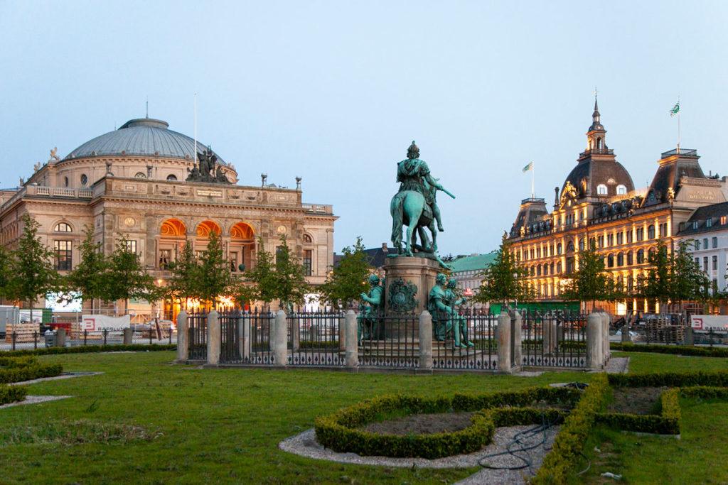 Piazza Reale di Copenaghen con Teatro Reale e Grandi Magasin du Nord