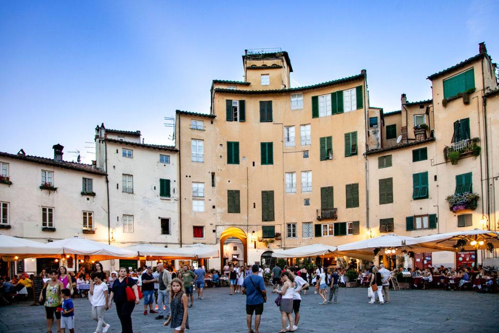 Piazza dell'Anfiteatro di Lucca al Tramonto