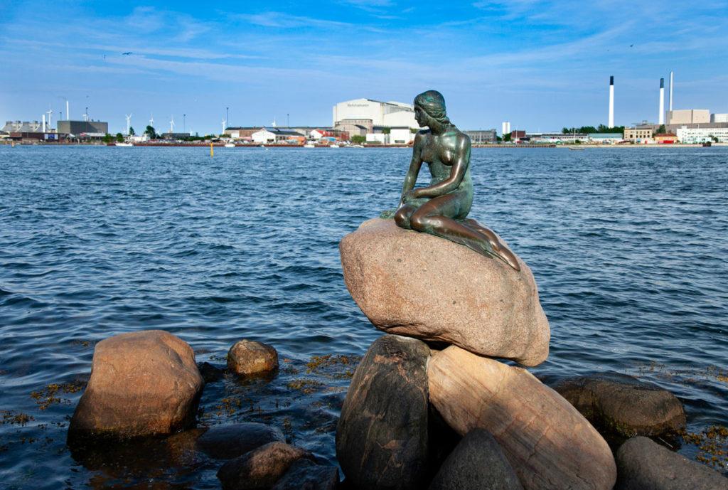 Sirenetta di Copenaghen sugli scogli