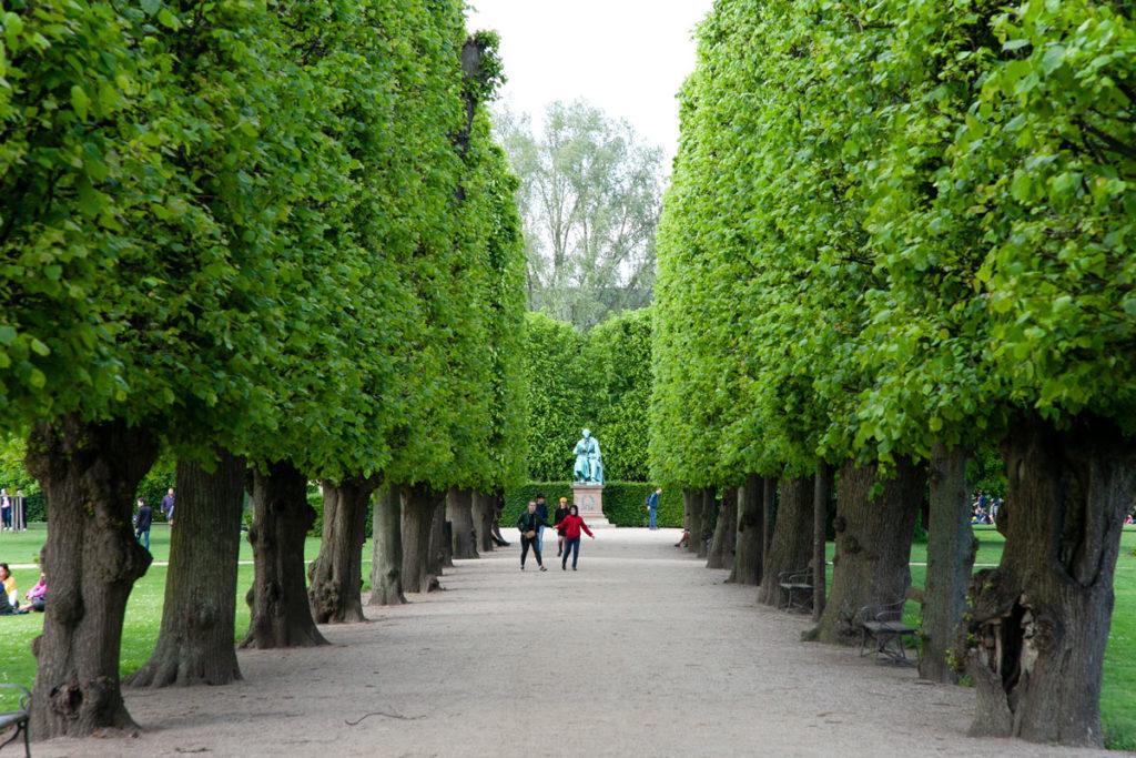 Via alberata e statua di Andersen nei Giardini Reali