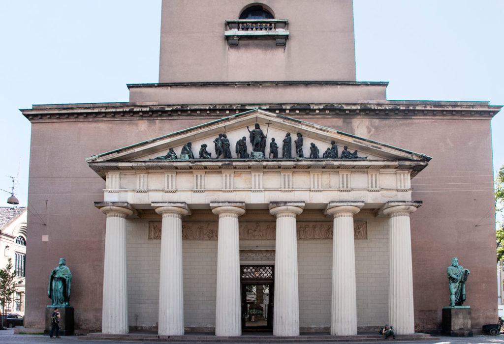 Vor Frue Kirke - Facciata esterna con timpano e bassorilievo