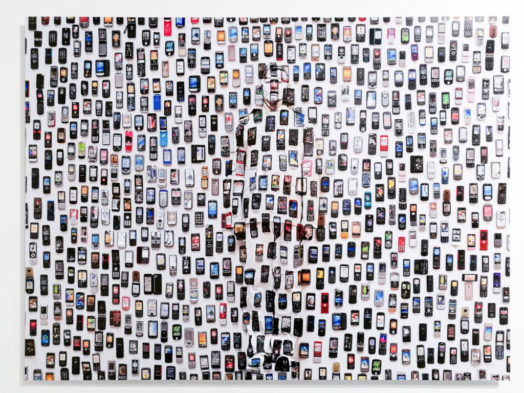 Cellulari del 2012 - Liu Bolin e le critiche verso la cultura moderna