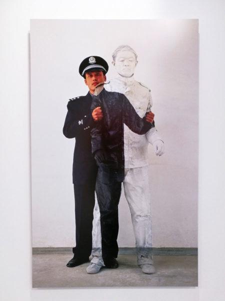 Liu Bolin - Autoritratto del 2006 - Civile e Poliziotto numero 1