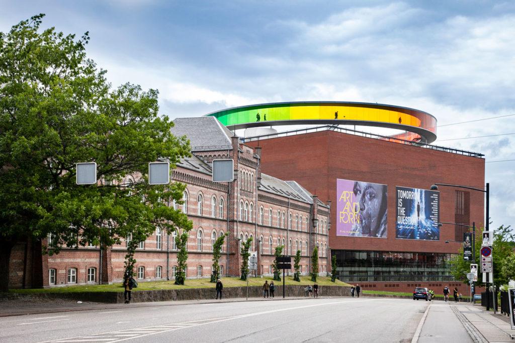 ARoS Kunstmuseum e corona con colori dell'arcobaleno