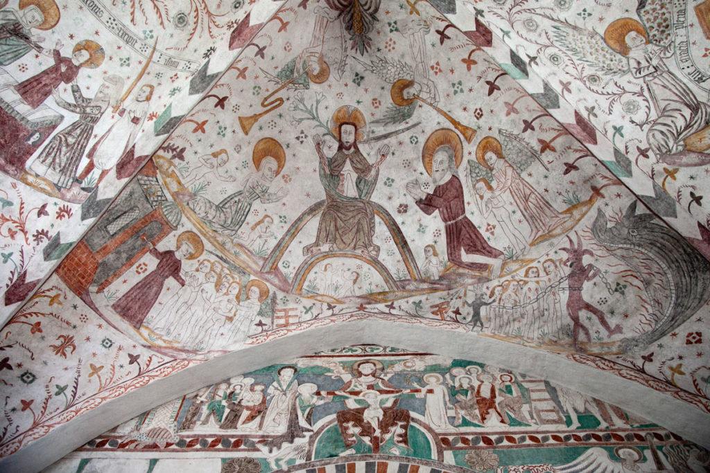 Affreschi quattrocenteschi e più antichi dentro alla Keldby Kirke