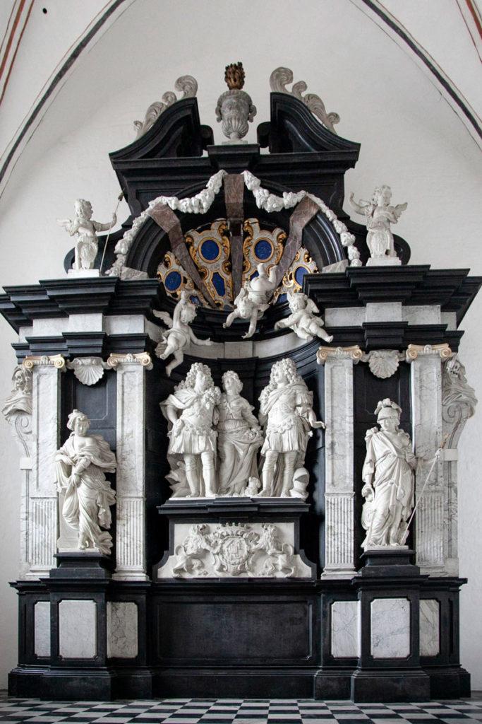 Altare con statue in marmo dentro al duomo