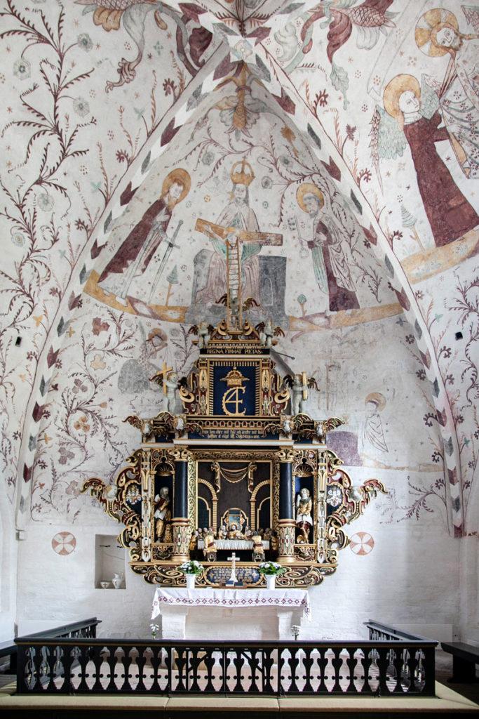Altare e affreschi antichi dentro alla chiesa di Elmelunde