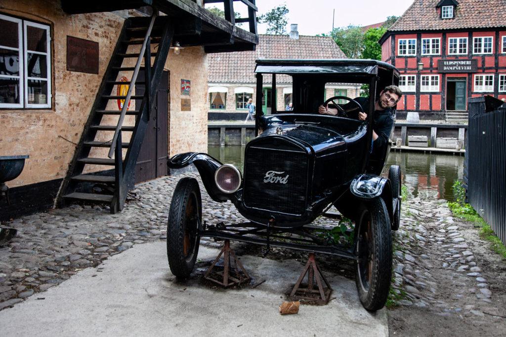 Automobile Storica nel quartiere del 1927 del Den Gamle By