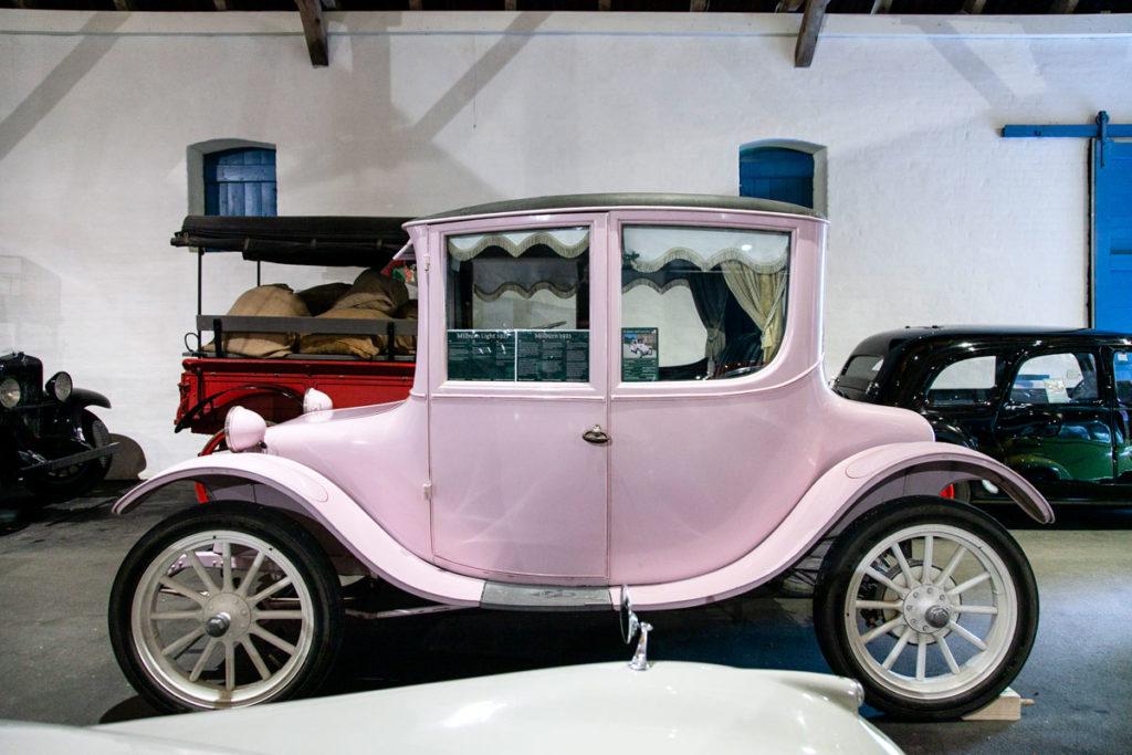 Automobile storica di colore rosa