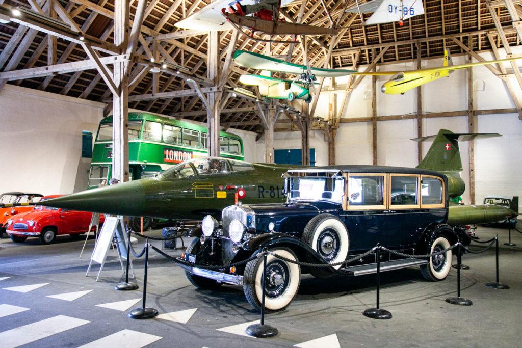 Automobile storica e aereo nella mostra del castello
