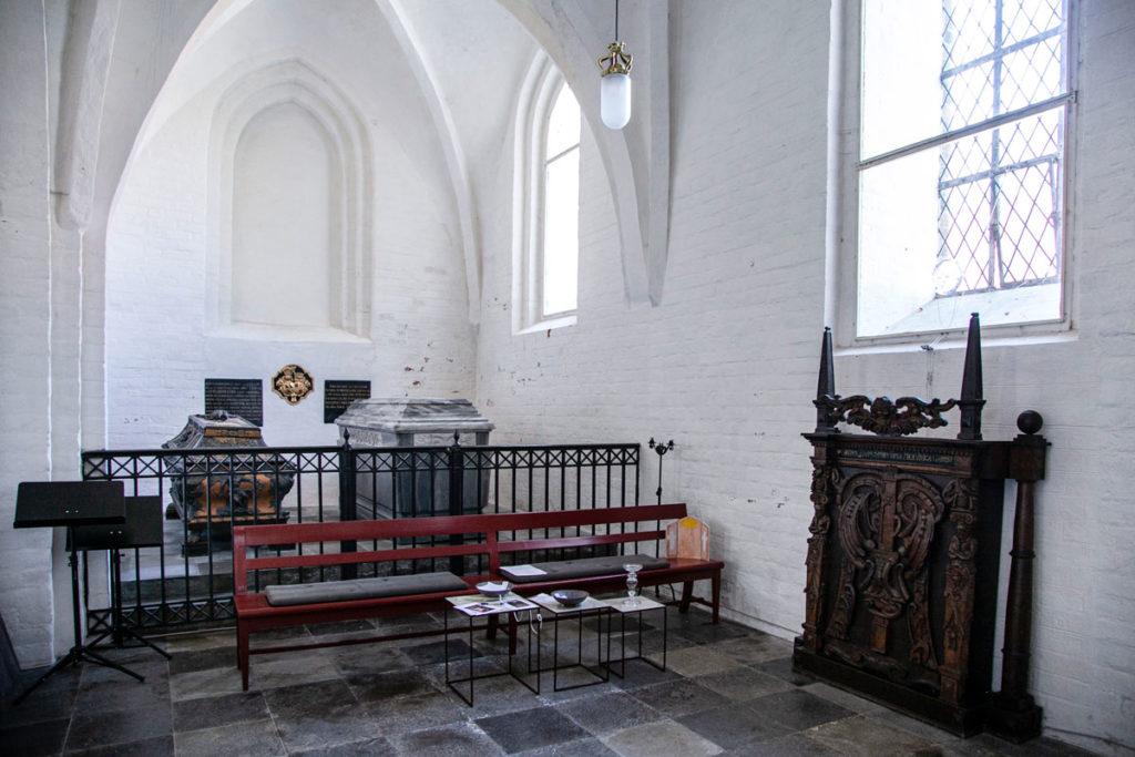 Cappella con bare dentro alla chiesa di Stege