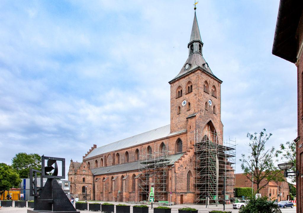 Cattedrale di San Canuto vista da piazza del municipio - Odense