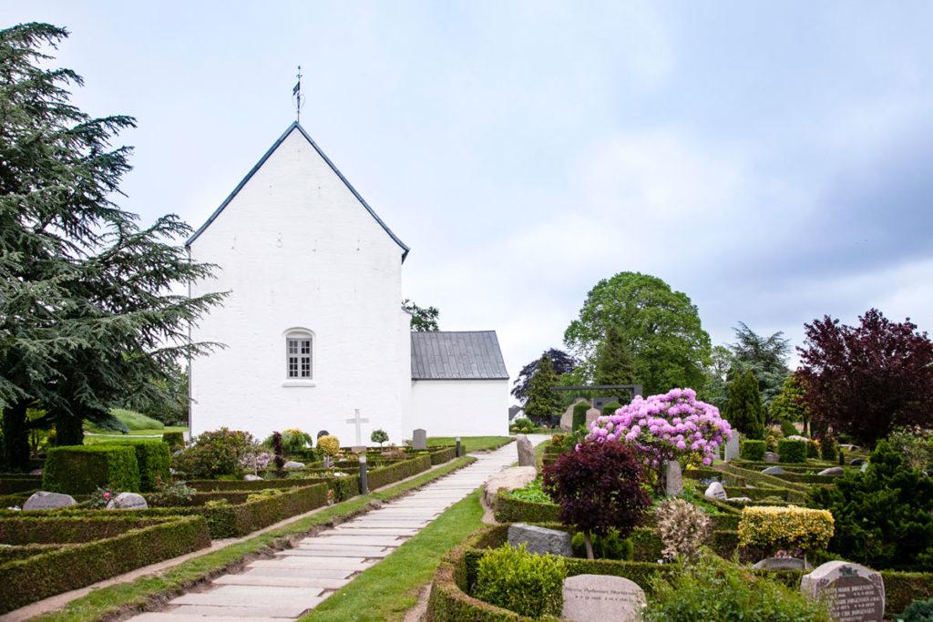 Chiesa del XII secolo dentro al cimitero di Jelling