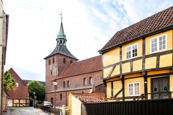 Chiesa di San Nicolai tra edifici gialli