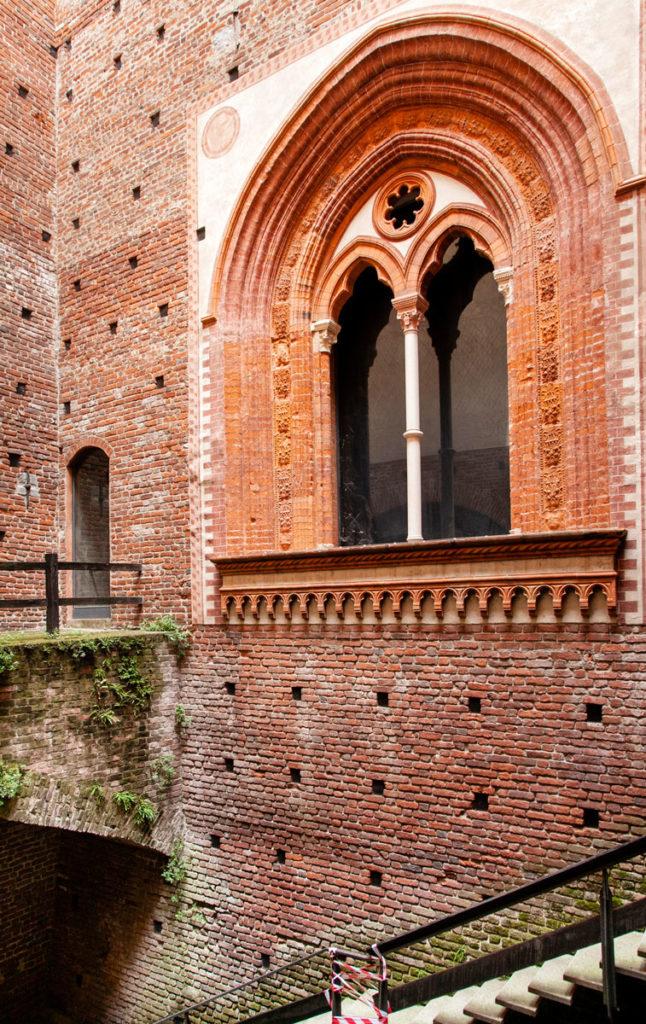 Corte Ducale - Bifora fuori dal Museo di arte antica