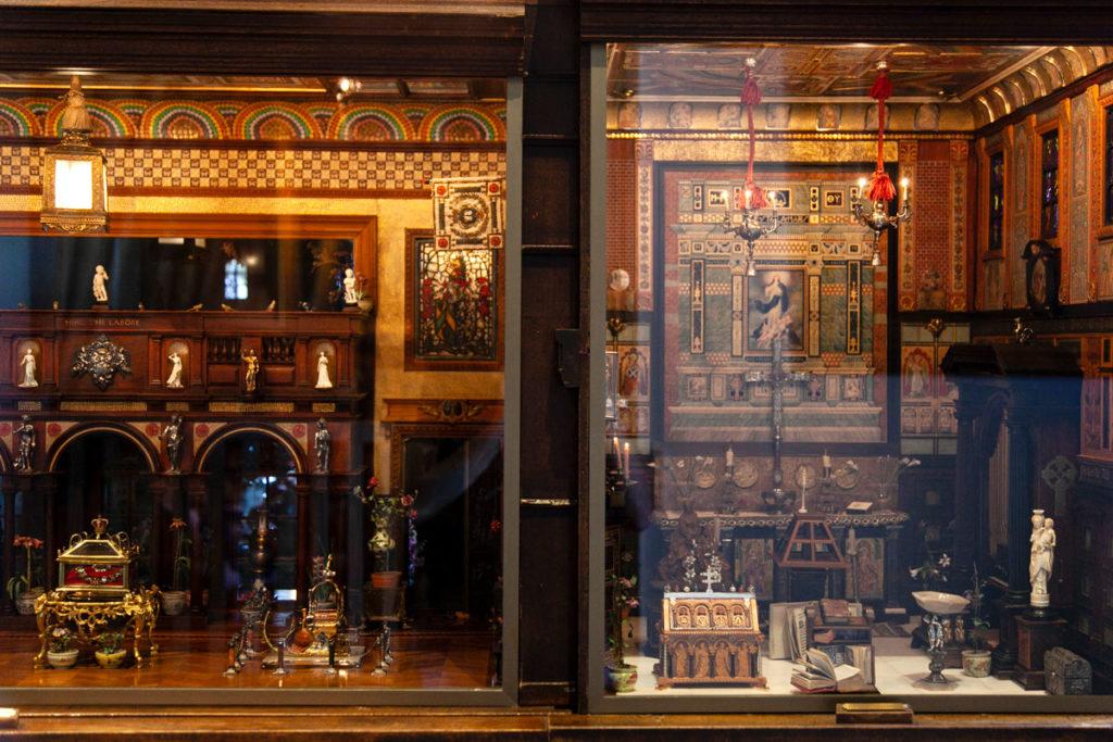 Dettaglio di due sale nel palazzo di Titania - Casa delle bambole del novecento