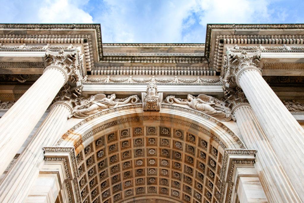Dettaglio sui bassorilievi dell'arco della pace e colonne colossali scanalate