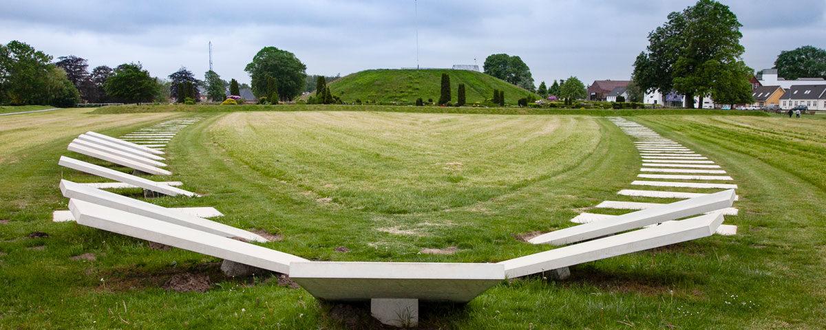 Dettaglio sui blocchi in cemento che ricalcano la antica forma della guida vichinga