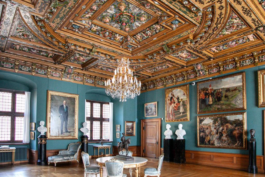 Dipinti ai muri e soffitti ampiamente decorati