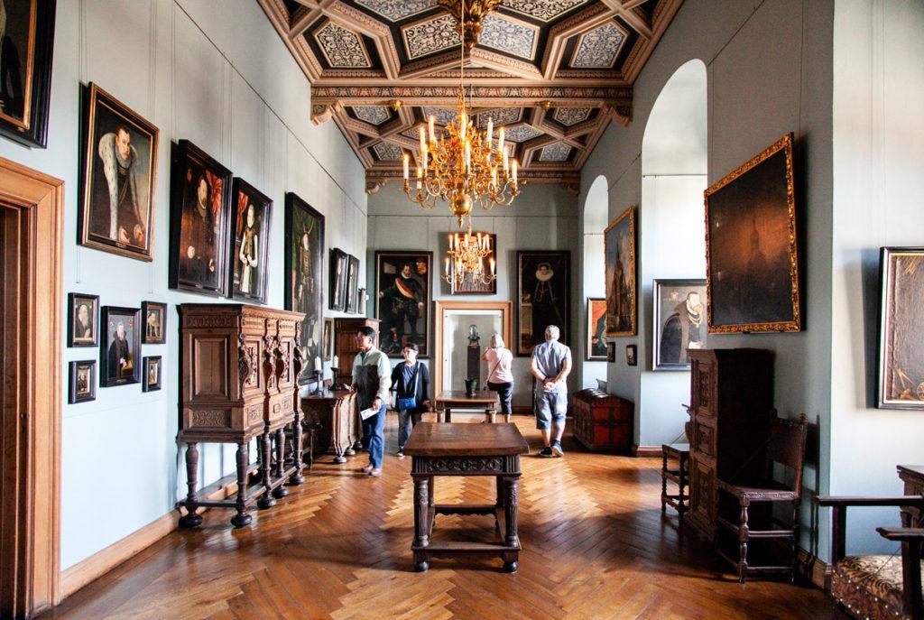 Dipinti e mobili di epoca dentro al castello