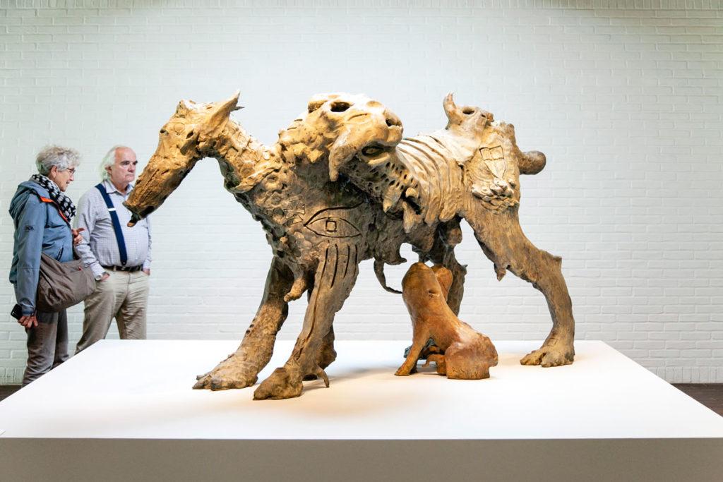 Dr Poundaddy di Jonathan Meese - Animale misterioso che allatta nella Giacometti Gallery del Museo Louisiana