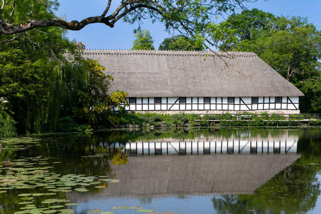Edificio storico danese sul lago - Esposizioni a Egeskov