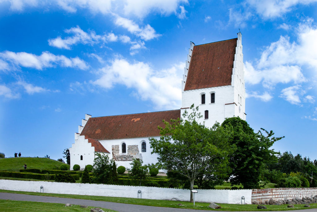 Elmelunde Kirke e il tumulo al suo fianco