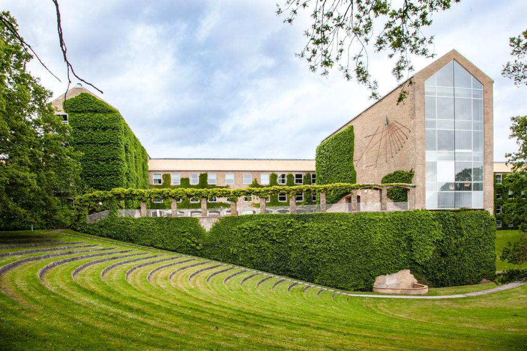 Enormi prati verdi nel quartiere universitario di Aarhus