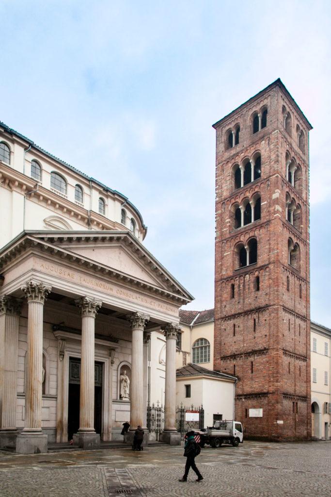 Facciata Principale del Santuario della Consolata di Torino con colonne e timpano e campanile della costruzione romana