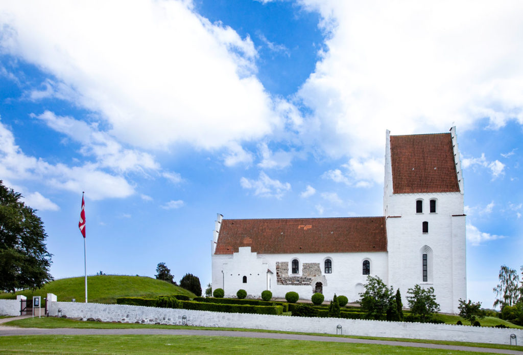 Fianco della Elmelunde Kirke - Più antica chiesa in pietra di isola di Mon
