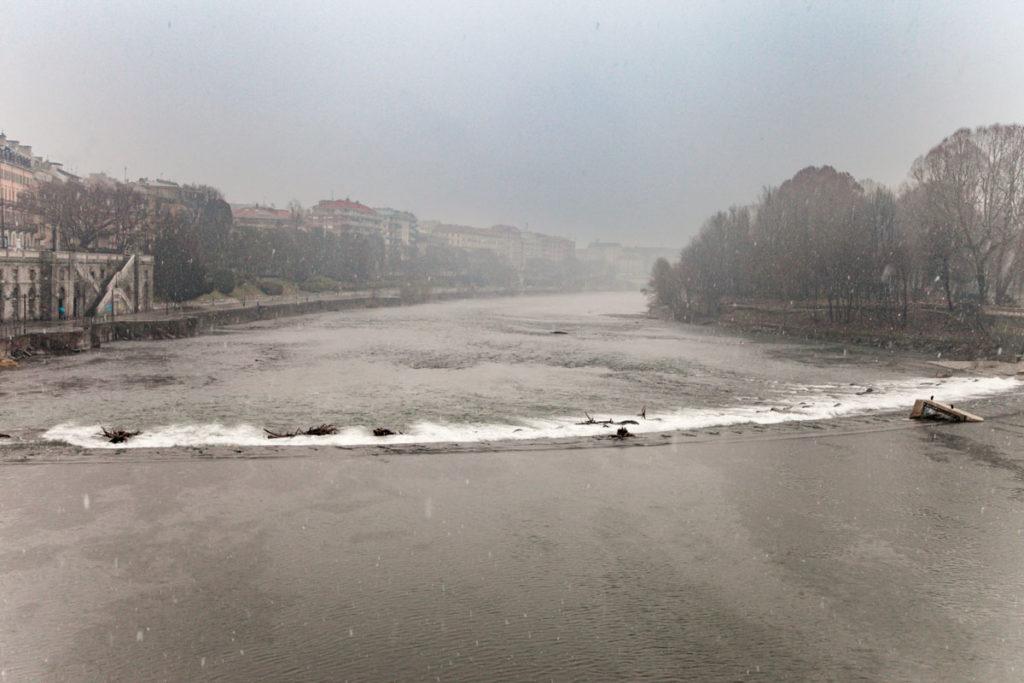 Fiume Po a Torino sotto la neve