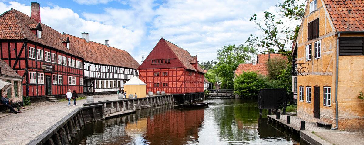 Fiume dentro al quartiere storico ricostruito ad Aarhus