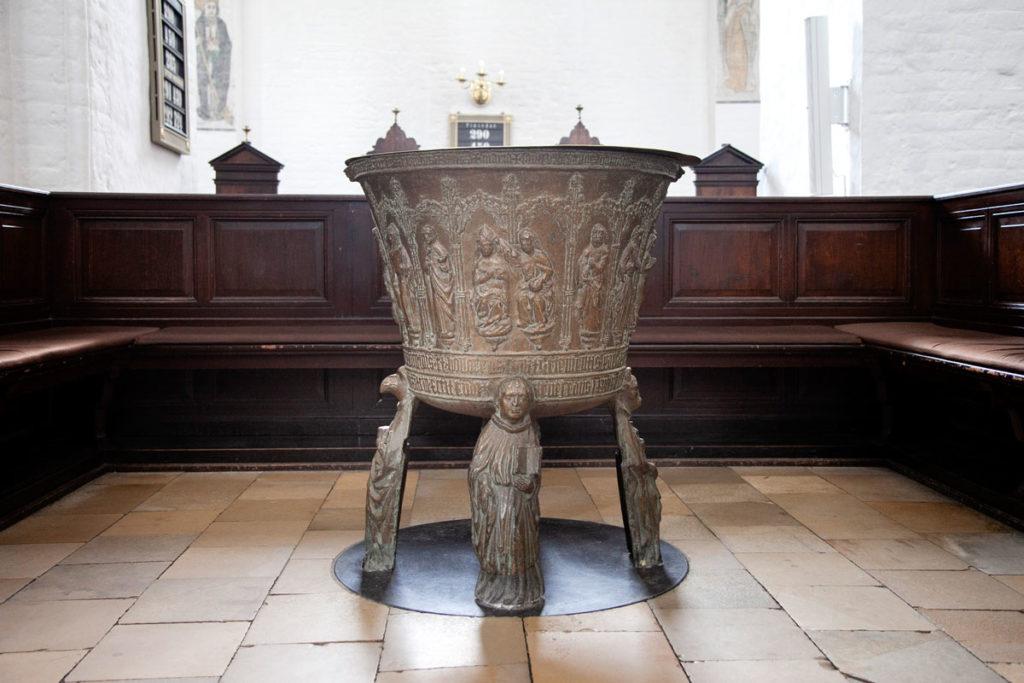 Fonte battesimale del 1481 dentro la Cattedrale di San Clemente