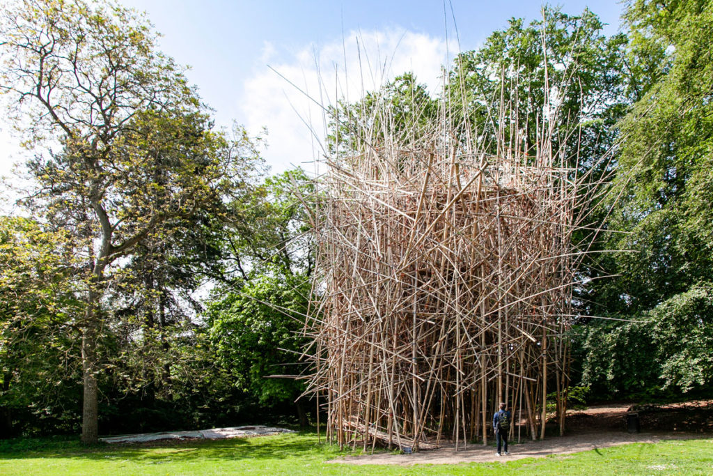 Geometry of Innocence di Doug e Mike Starn dentro Art Park del museo Ordrupgaard