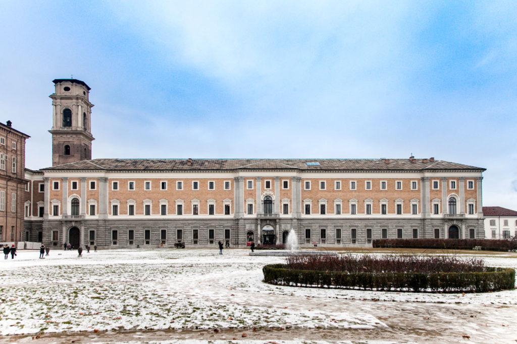 Il Palazzo reale di Torino visto dai Giardini Reali innevati