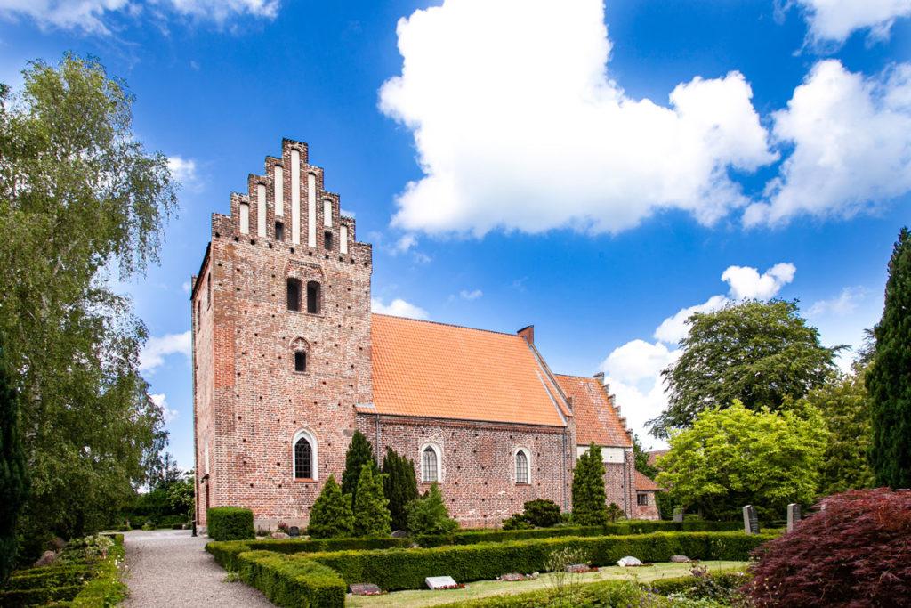 Keldby Kirke vista dal cimitero circostante