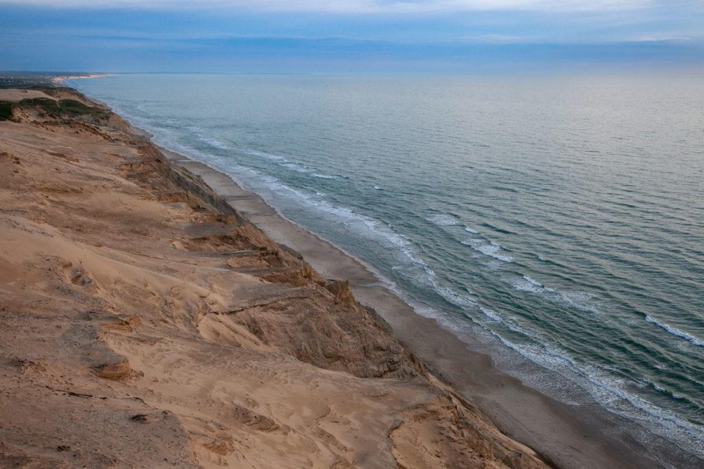 La costa rocciosa erosa dal mare