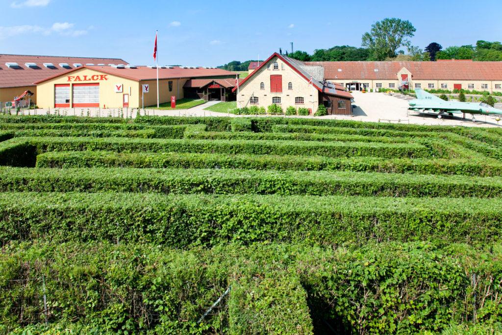 Labirinto e area esposizioni nel parco del castello