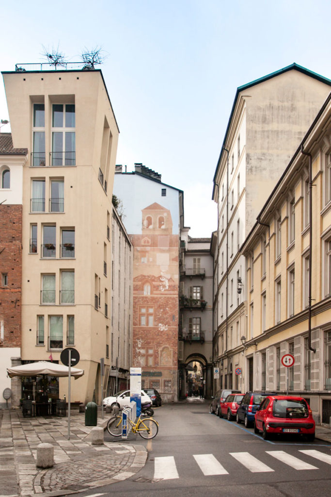 Murales e case ad arco nei vicoli del centro storico di Torino