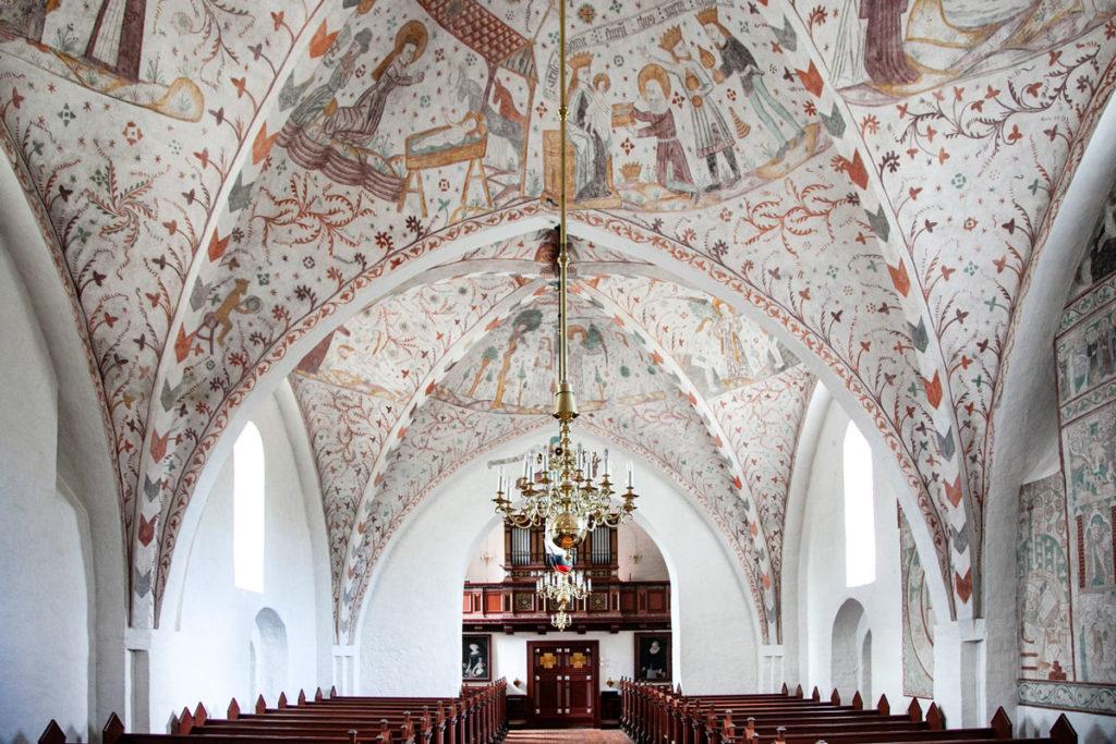 Navata della Keldby Kirke con Organo