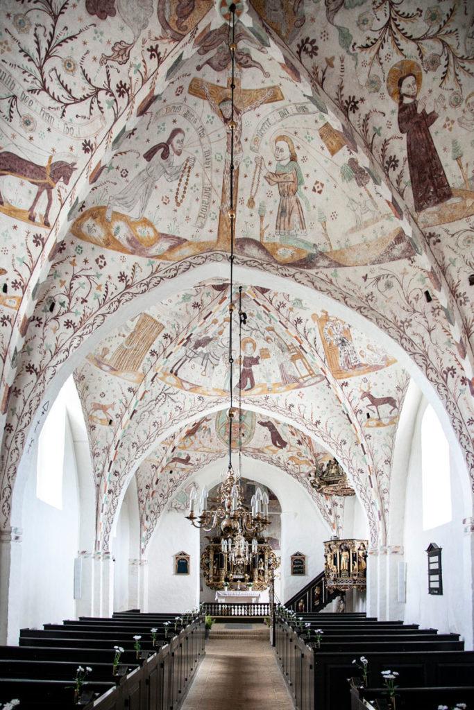 Navata interna della chiesa di Elmelunde con affreschi riscoperti nel 1885