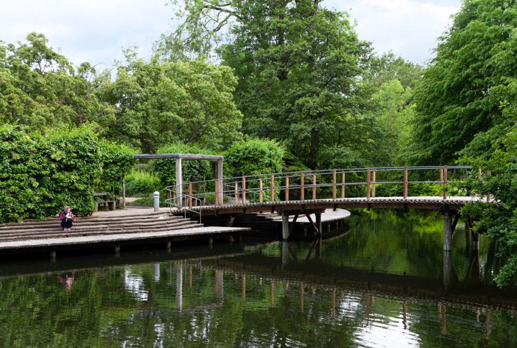 Odense - Parco di Andersen al Tramonto con piattaforma in legno sul fiume