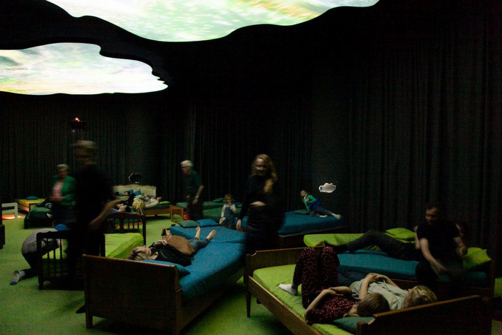Open My Glade di Pipilotti Rist - Letti per visitatori che guardano il soffitto - Arte Contemporanea al Museo Louisiana